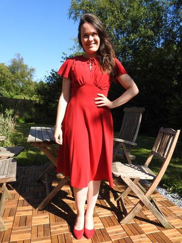 House Of Foxy: Grable – Rød kjole i empiresnit